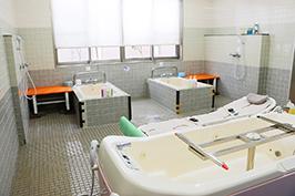 2つの個人浴槽と機械浴槽